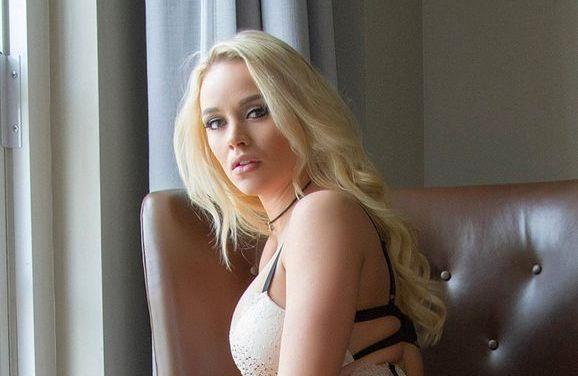 Alexis Monroe, blonde babe in sexy lingerie, geeft een erotische blowjob