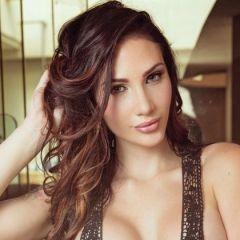 Krystal Lenkova, Playboy beauty, heeft haar parelkettingen erbij gepakt
