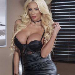 Nicolette Shea, een blonde sletterige bazin waar je graag voor wil werken