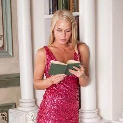 Sarika A, knappe blondine, raakt opgewonden van een erotisch boek