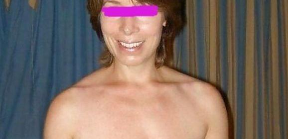 Knappe oudere vrouw, 50 jaar en grote topless tieten, is dol op zaad