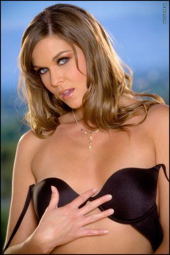 Adrienne-Manning-is-sexy-in-zwarte-lingerie-03