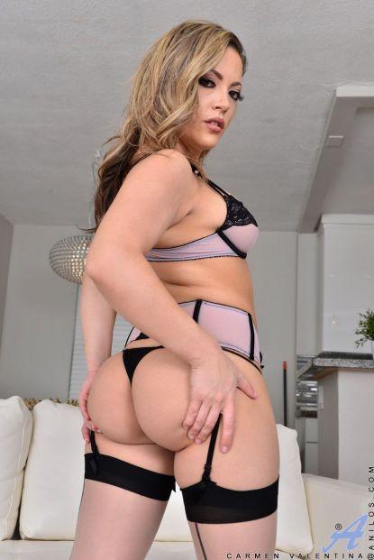 Carmen-Valentina-knappe-Latina-huisvrouw-in-sexy-lingerie-06