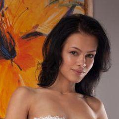 Laina, donkerharige schoonheid, ligt stevig te masturberen op bed