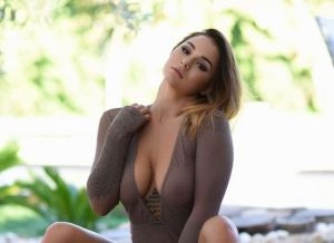 Mica Martinez heeft een sexy doorkijk bodysuit aan