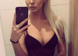 Knappe blonde vrouw wil bevredigd worden