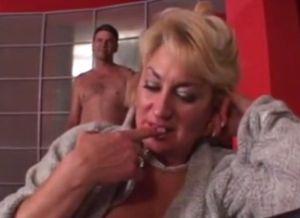 Oma met grote borsten heeft seks met de beste vriend van haar kleinzoon