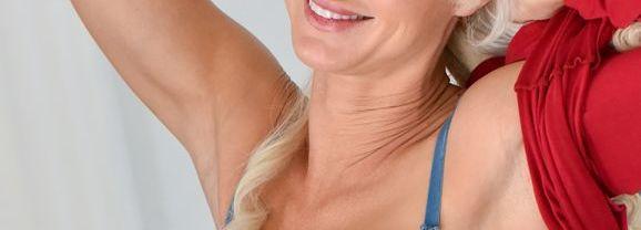 Begin de dag goed met een geile blonde milf die naakt gaat