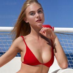 Nancy, blond en lekker, in een rode bikini en rode hoge hakken