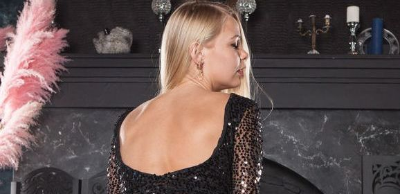 Sarika A, elegante blonde vrouw speelt graag met haar vagina