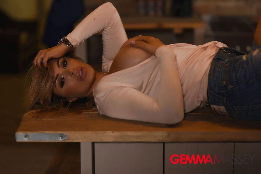 Gemma Massey trekt haar korte spijkerbroekje uit