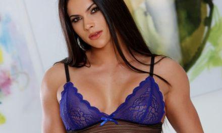 Aspen Rae is heerlijk in blauwe lingerie