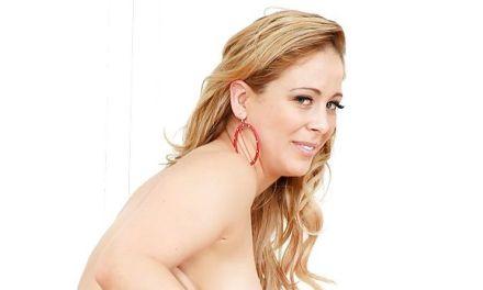 Cherry Deville, blonde milf, een voorbinddildo en anale seks