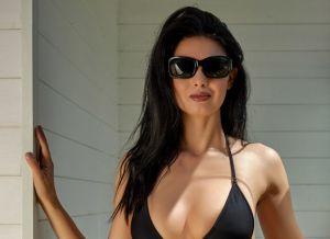 Clio, heerlijke bikini babe, gaat buiten onder de douche
