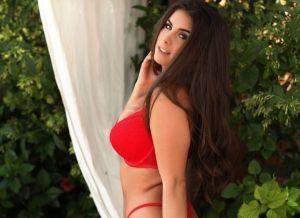 Sarah McDonald in rode lingerie in de tuin