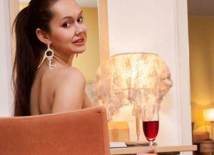 Sintia, knappe brunette op een stoel