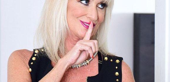 Knappe en geile oma met grote tieten, heeft seks met veel jongere man