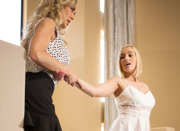 Mature moeder heeft seks met veel jongere vrouw, de beste vriendin van haar dochter