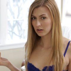 Knappe stiefzuster verveelt zich, tijd voor seks met haar oudere stiefbroer