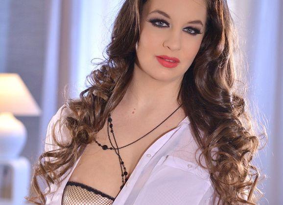 Angelina Brill, een geile secretaresse met grote tieten
