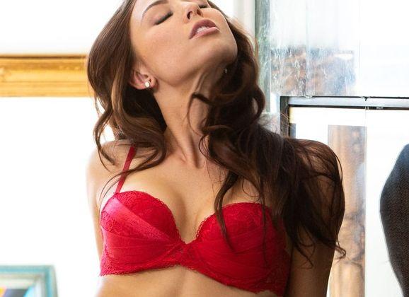 Aidra Fox ziet er supergeil uit in haar sexy rode ondergoed