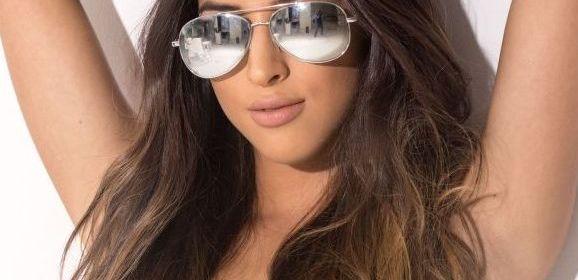 Alexa Campbell, knappe brunette, zonnebril af en naakt