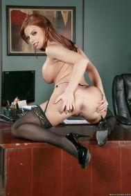 Britney-Amber-geile-zakenvrouw-doet-een-striptease-15