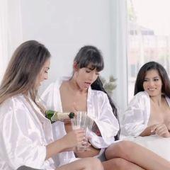 Drie vriendinnen hebben seks met de pakketbezorger
