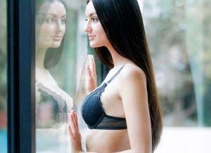 Eliza Iberra trekt haar sexy ondergoed uit