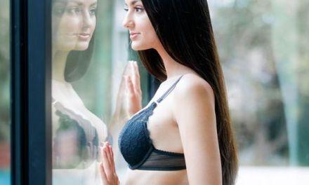 Eliza Ibarra, prachtig mooi naakt lijf, heeft sexy ondergoed aan