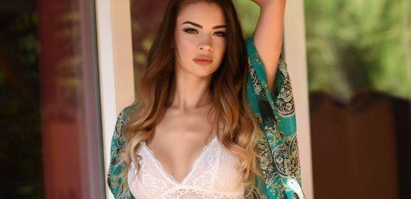 Emelia Paige, knappe brunette, trekt in de tuin haar sexy witte lingerie uit
