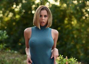 Jennifer Ann is al sexy in haar bodysuit, dan trekt ze het nog uit ook