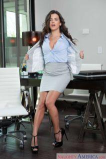 Keisha-Grey-knappe-zakenvrouw-doet-striptease-op-kantoor-03