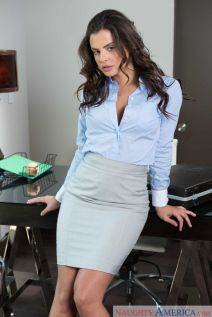 Keisha-Grey-knappe-zakenvrouw-doet-striptease-op-kantoor-04