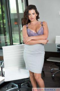 Keisha-Grey-knappe-zakenvrouw-doet-striptease-op-kantoor-11