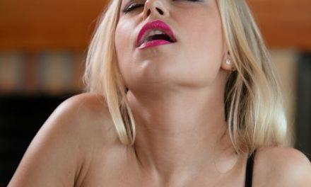 De onderdanige kant van de mooie blonde Lara