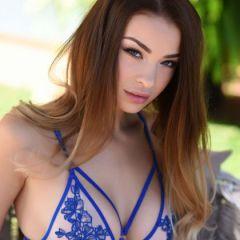 Emelia Paige trekt buiten haar prachtige blauwe lingeriesetje uit