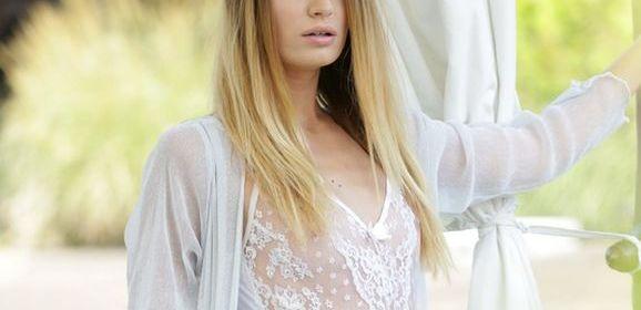 Candice Demelzza, prachtige vrouw, buiten in sexy doorkijklingerie
