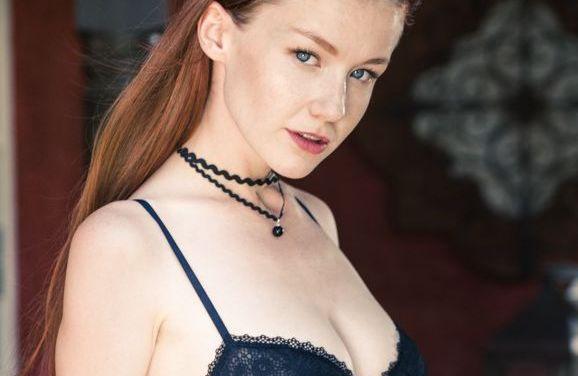Emily Bloom ziet er goddelijk uit in zwarte lingerie en naakt