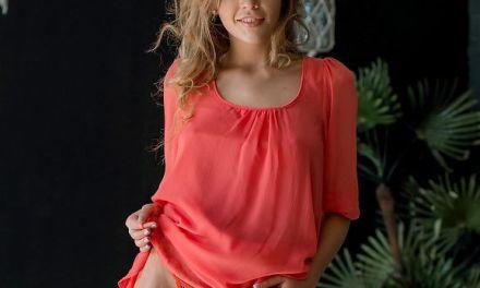 Kaitlin is knap, mooie borsten, een lekker kontje en helemaal naakt