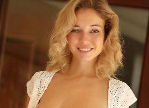 Danica, blond en grote tieten, trekt haar hele korte spijkerbroekje uit