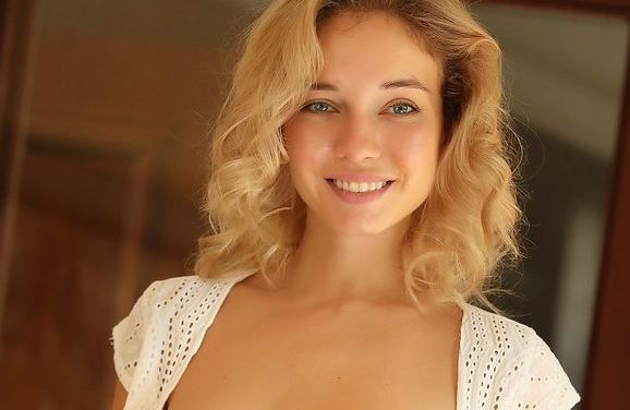 De mooie blonde Danica trekt haar hele korte spijkerbroekje uit