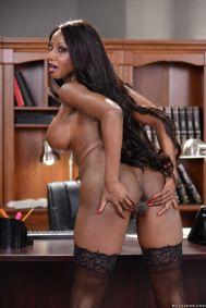 Diamond-Jackson-geile-ebony-lingerie-milf-doet-een-striptease-19