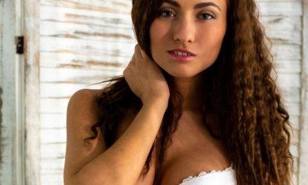 Michaela Isizzu, krullend haar, trekt haar sexy witte ondergoed uit