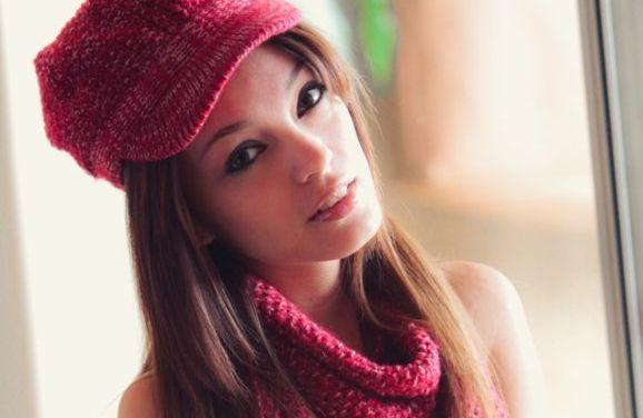 Ashley Doll houdt van naakt breien, ze is klaar voor de winter