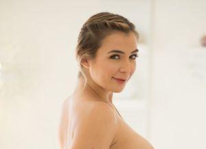 Blair Williams gaat naakt op de massagetafel