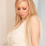 Lucy Alexandra, blond en lekker, heeft een prachtig lingeriesetje aan