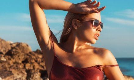 Margot, zonnebril babe met grote borsten, naakt in de branding
