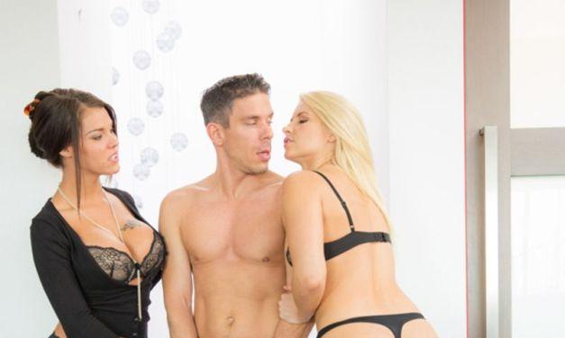 Anikka Albrite en Peta Jensen hebben lingerie seks, een geil trio, op de bank