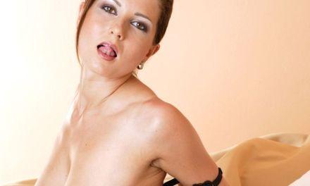 Kate Jones heeft mooie lingerie aan en doet aan anale sex